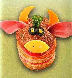 Рецепт бутерброда Корова, бутерброды для детей,  бутерброды животные,  быстро и вкусно,  быстро приготовить,  весёлые бутерброды, готовимся к Новому Году 2011, как украсить стол,  рецепты бутербродов,  смешные бутерброды, праздничные рецепты, праздничные бутерброды, оригинальные рецепты